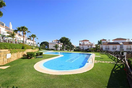 This lovely townhouse is located in Cabopino in the urbanisation of Las Lomas de Cabopino.