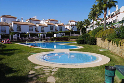 Magnificent corner townhouse located in Las Lomas de Cabopino next to the Cabopino Golf Course and only a short walk to the Cabopino Beach and Marina.