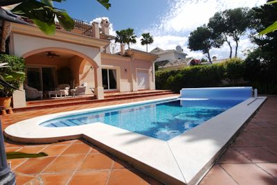 Great villa 4 bedrooms price reduced. High quality beach side villa for sale in Cabopino, Marbella. Just a few minutes walk to the beach of Cabopino and the famous Cabopino Port.